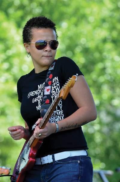 Mia Borders, guitar, photo, Kim Welsh